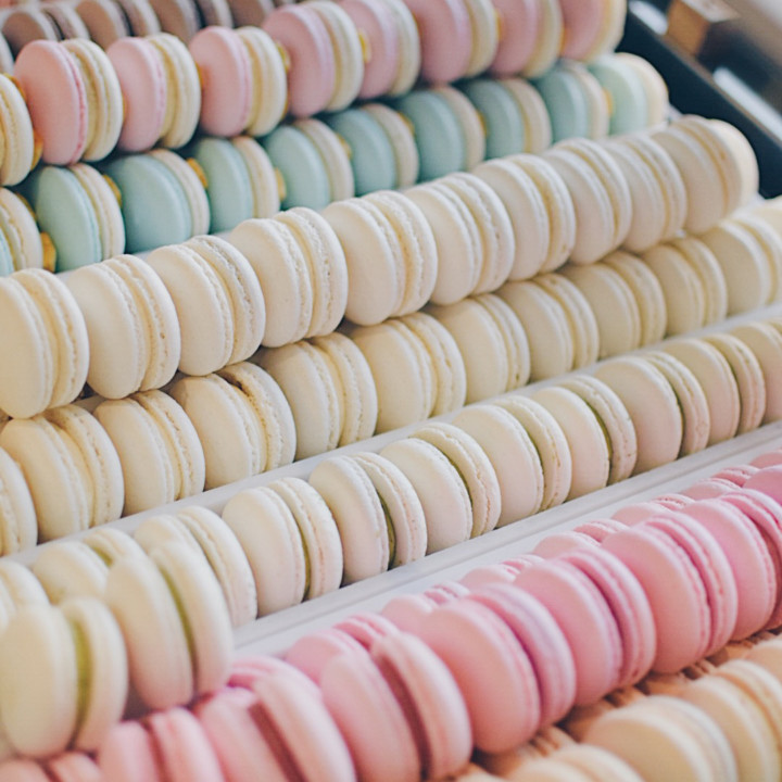Rows of various colors of different Honey & Butter macarons.